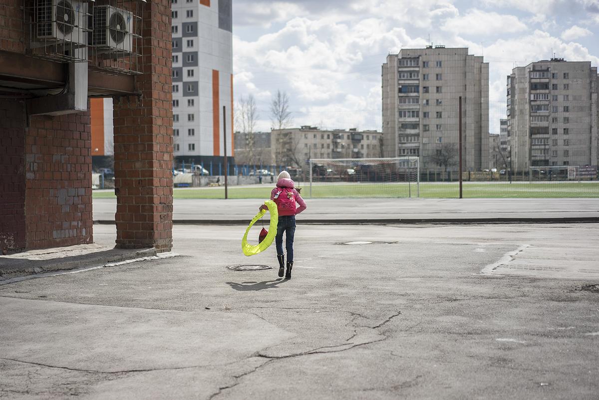 Marias Sportschule befindet sich in Tscheljabinsk, ihrer Heimatstadt am Rande des rohstoffreichen Ural-Gebirges. Die lokale Natur ist durch die Schwerindustrie stark verschmutzt.