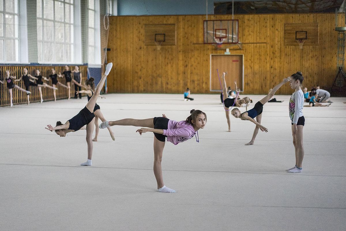 Von außen betrachtet sieht dieser Sport aus wie eine harmonische Synergie von Kunst und Tanz. Die Gymnastik soll die feminine Seite der Mädchen fördern, denn die Weiblichkeit ist in der russischen Kultur immanent, wie die Fotografin Maria Babikowa sagt.