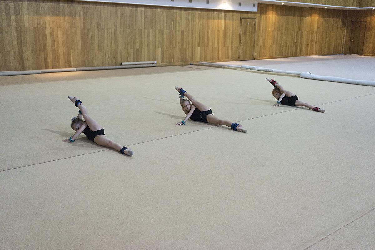 Den Mädchen wird beigebracht, ihren Körper zu beherrschen, ihre Bewegungen zu perfektionieren und jederzeit graziös aufzutreten. Das kann nur durch permanentes, minutiöses Training erreicht werden. Von frühen Jahren an werden die Mädchen sich ihres Körpers bewusst – und der hypnotisierenden Wirkung, die sie damit auf die Zuschauer ausüben können.