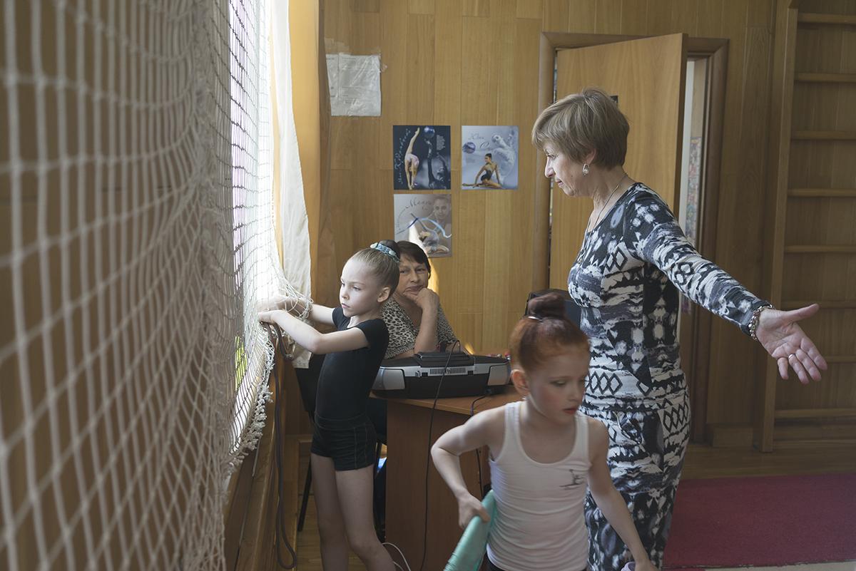 In diesem zarten Alter lernen die Mädchen die härtesten Lebenslektionen. Trainer und die Familie bestehen auf dem Erreichen eines Ideals – sei es Erfolg oder perfektes Aussehen.
