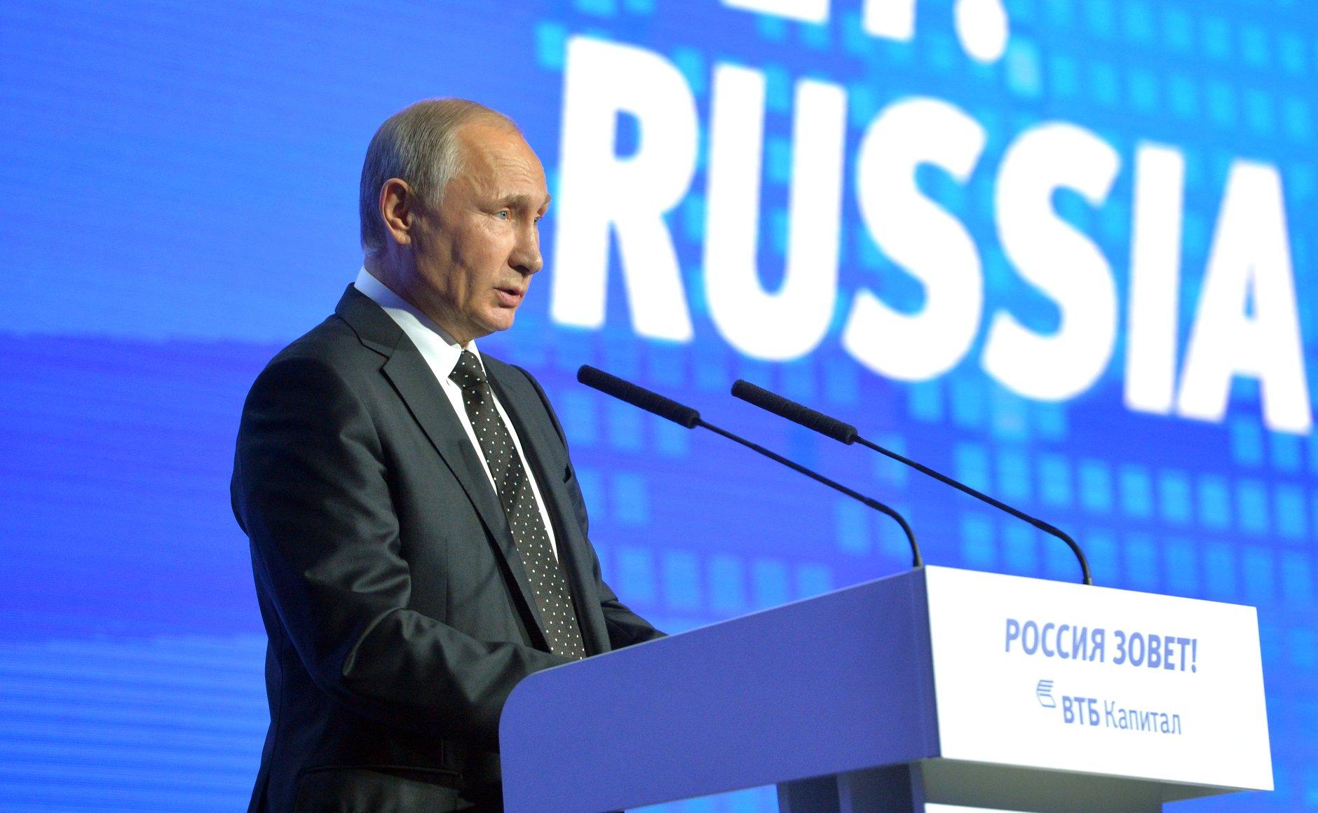 """""""Serangan tersebut dilakukan oleh salah satu kelompok teroris dan kita tahu itu. Katakanlah AS juga mengetahuinya, namun mereka memilih untuk menuduh Rusia. Hal ini sungguh tak membantu,"""" tutur Putin dalam Forum Ekonomi di Moskow, Rusia."""