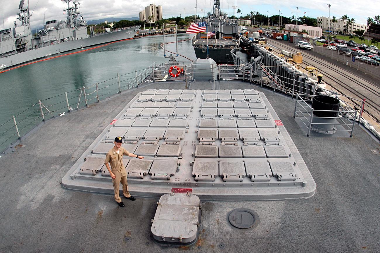 Letnan Daniel McFadden, petugas pengontrol tembakan dari Kapal AS Lake Erie, menunjuk sistem peluncuran vertikal di atas kapalnya di Pearl Harbor, Hawaii.