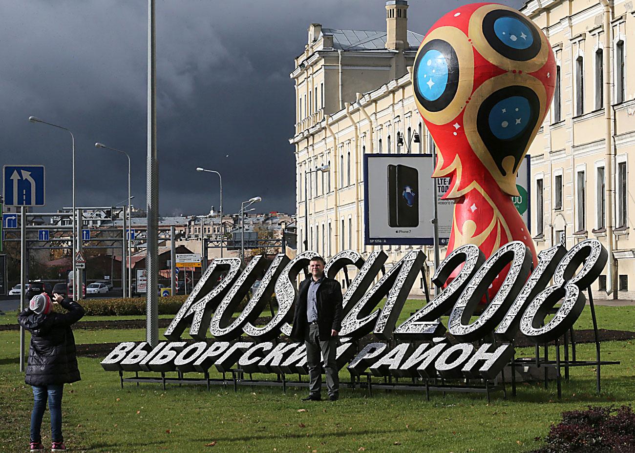 """Официјалниот амблем на Светското првенство во фудбал 2018 во Русија подивнат на кејот """"Пироговскаја"""". 15 октомври 2016, Санкт Петербург, Русија."""