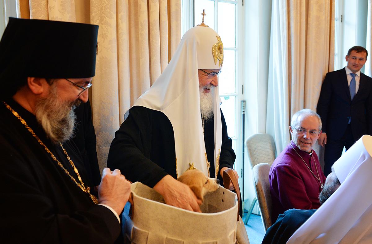 Патриарх Кирил получи кученце от породата уелско корги.