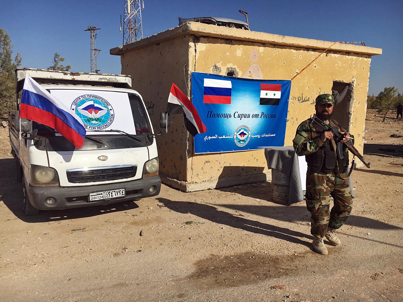 Seorang petugas tampak tengah berjaga di salah satu koridor kemanusiaan untuk warga sipil dan militan di sepanjang Jalan Castello di Aleppo utara, Suriah.