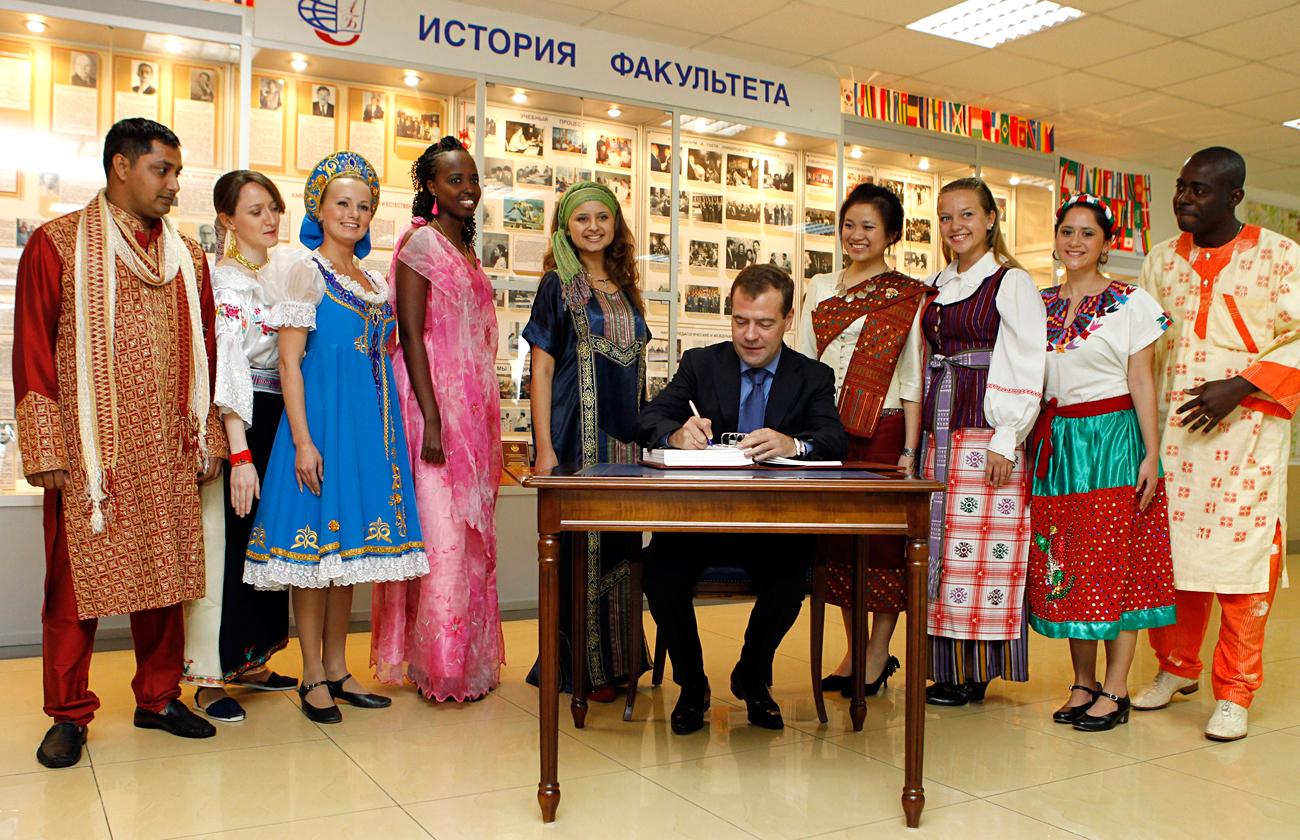 Дмитриј Медведев са студентима факултета РУДН.