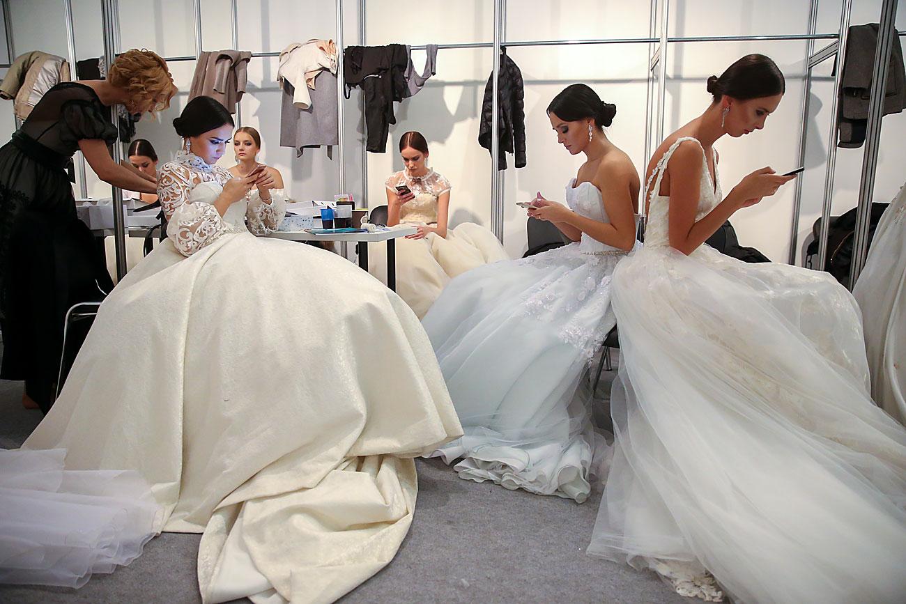 """Модели се подготвуваат да претстават креации од колекцијата Пролет/Лето 2017 на рускиот моден бренд L'Avenir на Московската недела на модата во трговско-изложбениот центар """"Гостини Двор""""."""