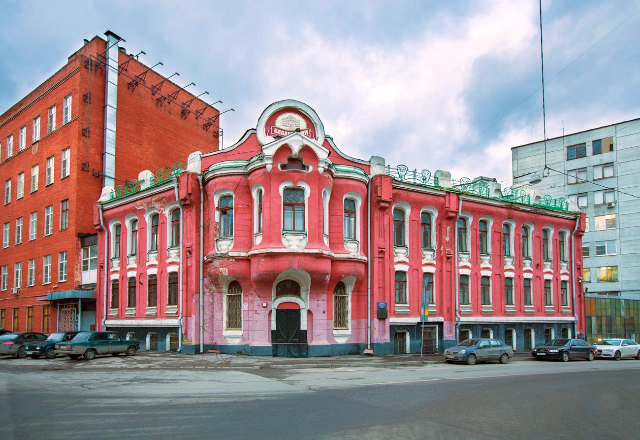 Die Süßwarenfabrik Babajewski ist in der ehemaligen Villa der Abrikossow-Dynastie in der Krasnosselskaja-Straße in Moskau untergebracht. Anfang des 19. Jahrhunderts wurden hier Süßigkeiten aus Früchten produziert.