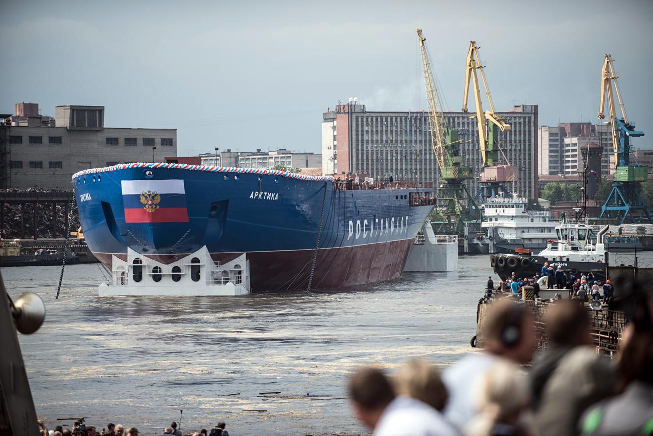 """Splovitev jedrskega ledolomilca """"Arktika"""" v Baltski tovarni."""