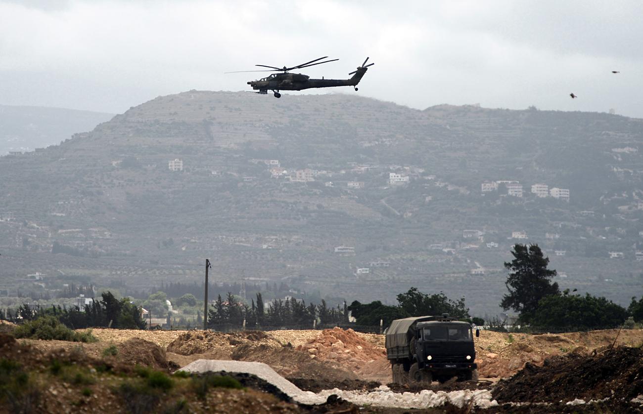 """Хеликоптер Ми-28 """"Ноќен ловец"""" на мисија во близина на воздухопловната база Хмејмим во Сирија."""