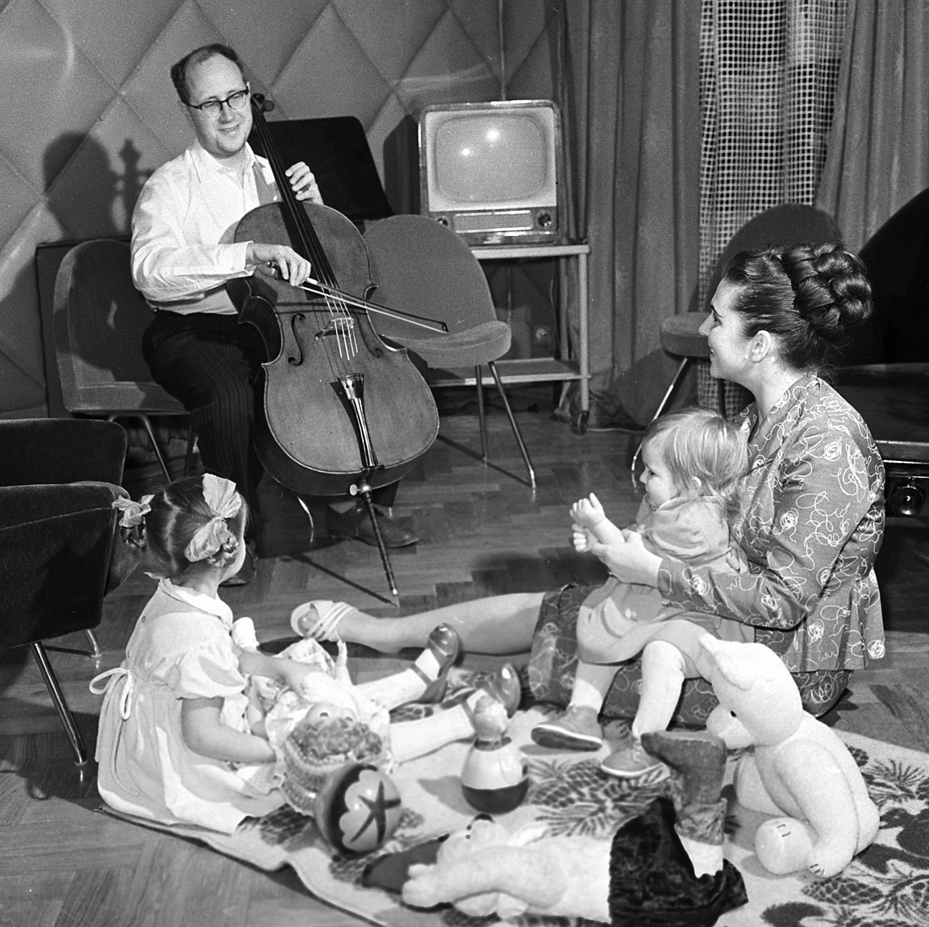 ガリーナ・ヴィシネフスカヤ、ムスチスラフ・ロストロポーヴィチと娘たち=ショロモビチ/ロシア通信