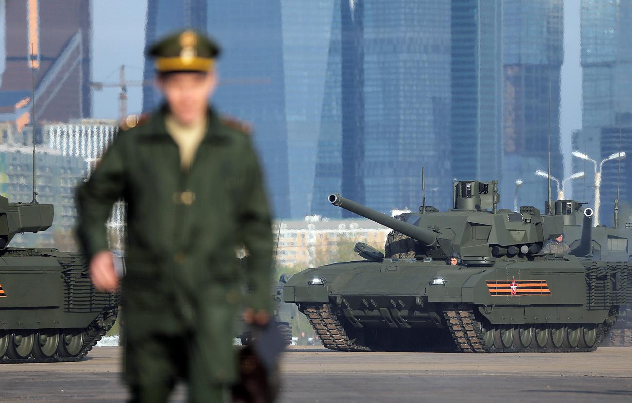 Tank T-14 Rusia dengan platform tempur universal Armata diparkir di lapangan sebelum latihan untuk parade Hari Kemenangan, di Moskow, Rusia.