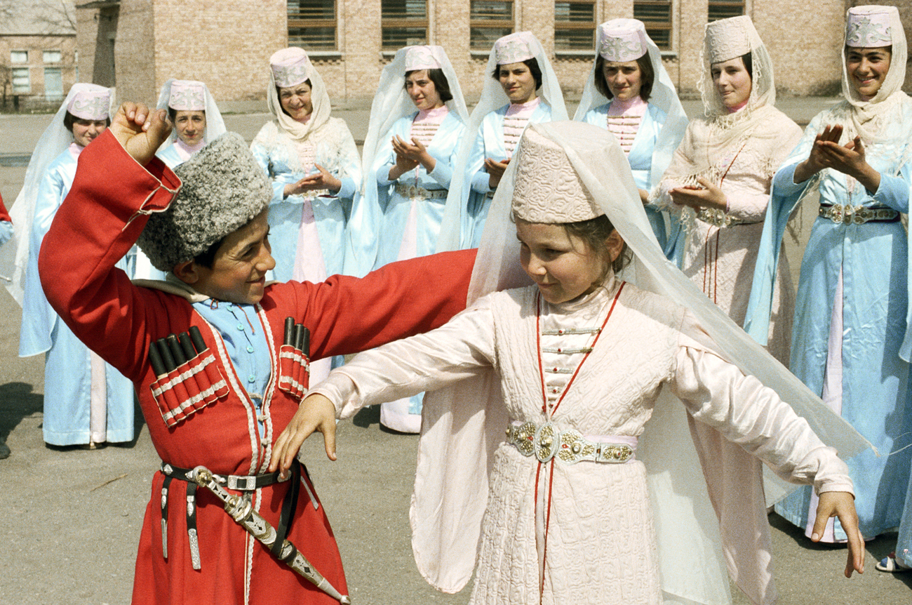 Dua orang muda-mudi dari desa Dzuarikau menampilkan tarian di konser cerita rakyat. Republik Osetiya Utara-Ala, Rusia.