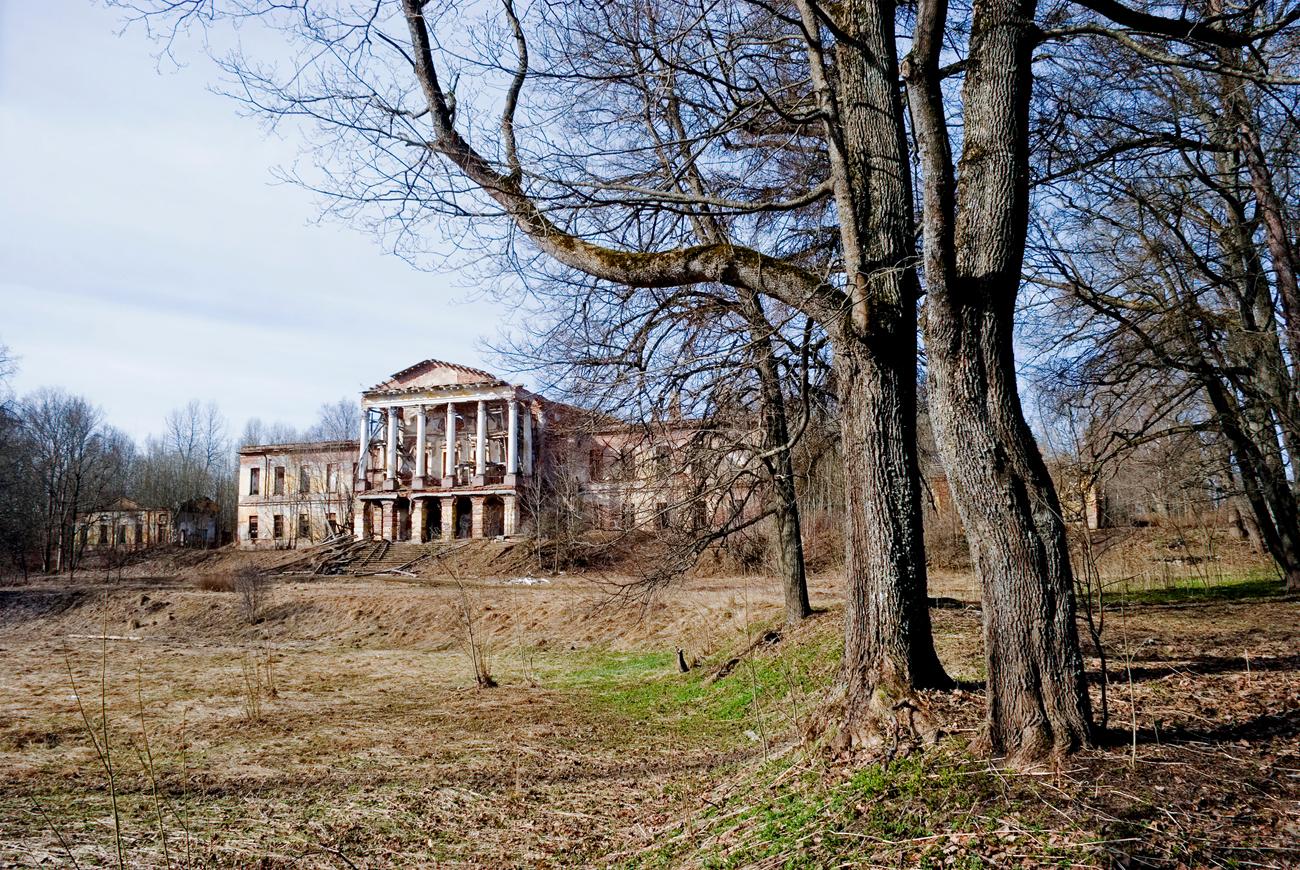 Trotz der Tatsache, dass das Palast-Park-Ensemble in Ropscha seit 1990 auf der Liste des Unesco-Weltkulturerbes steht und ein Denkmal von föderaler Bedeutung ist, handelt es sich bei einem Großteil der Objekte um Ruinen.