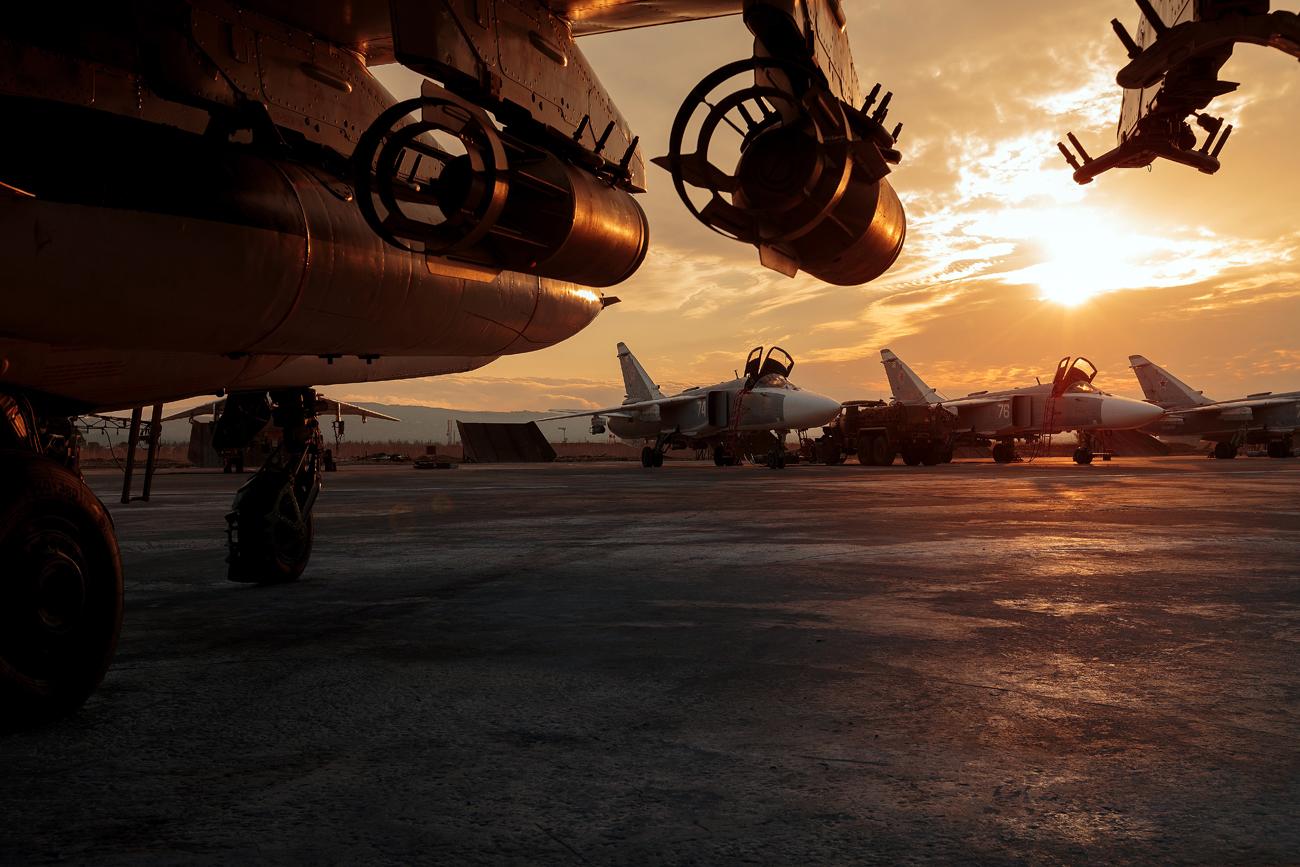 Pesawat tempur Rusia Su-25 dan Su-24 di Pangkalan Udara Hmeimim, Suriah.