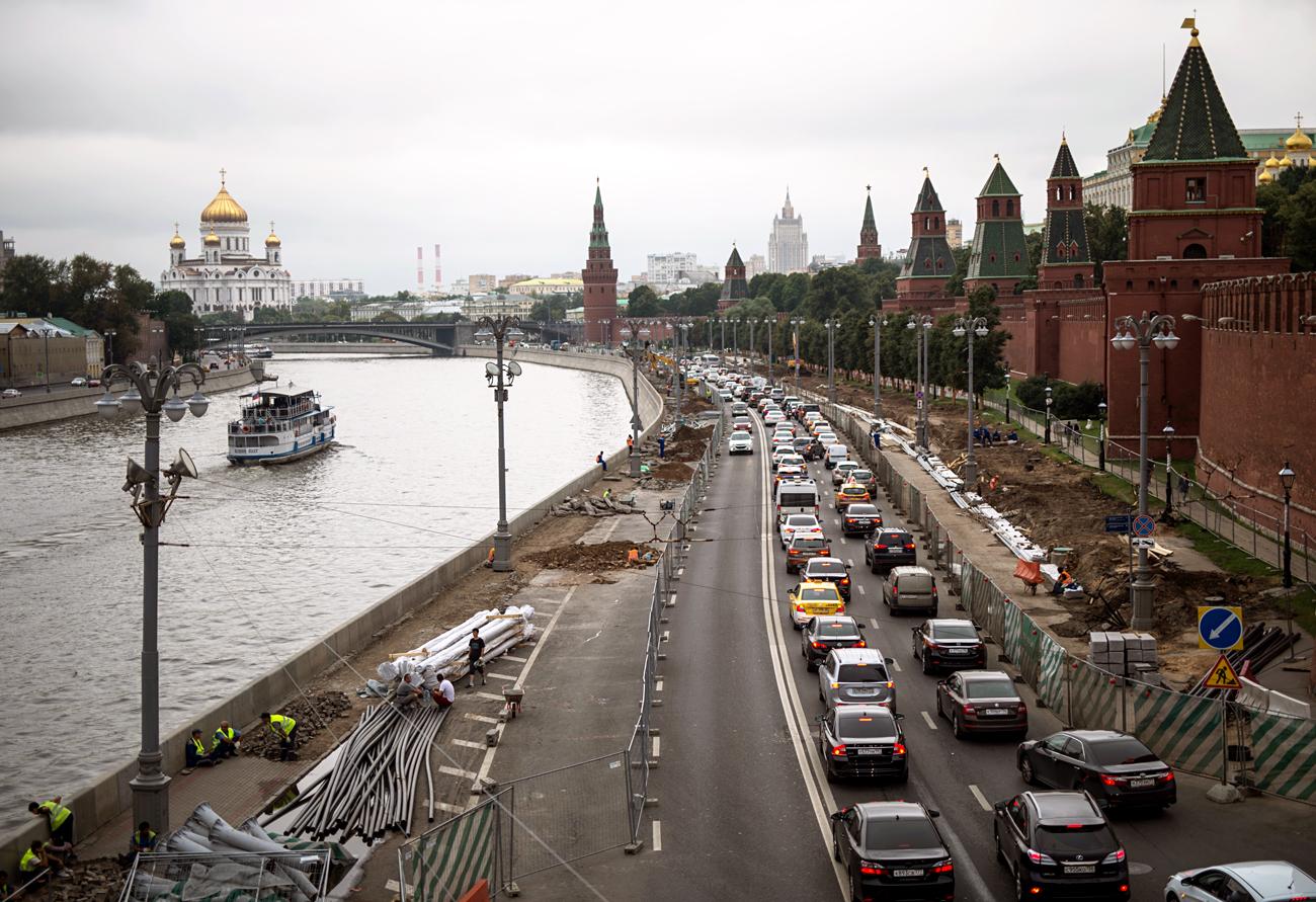 クレムリンの壁沿いの自動車道を拡張する作業=