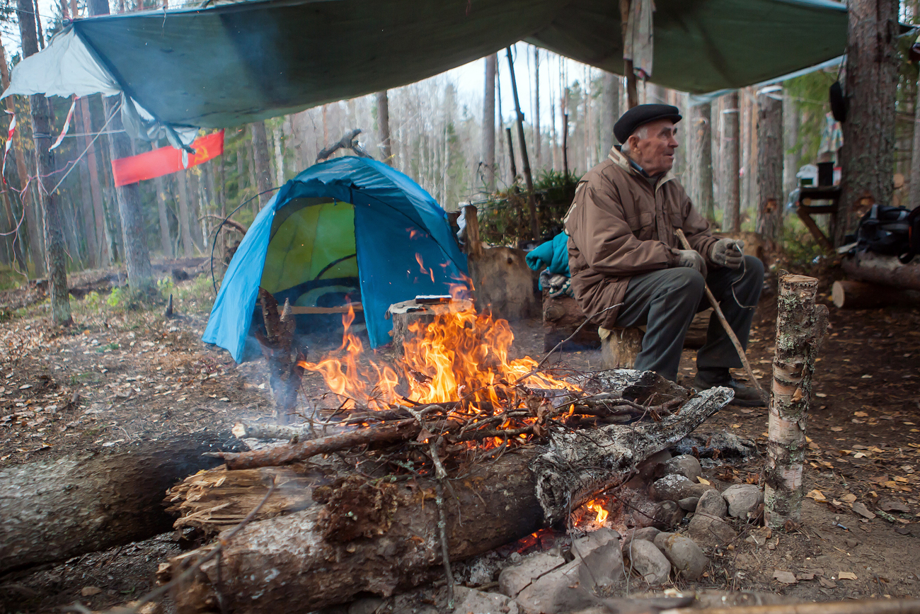 Vasily Diykov, a defender of the Suna forest in Kondopozhsky District. Elderly people from the village of Suna have set up a camp to defend the forest from being cut out by the Saturn Nordstroy company. The company is to start excavating a sand and gravel pit in the Suna forest; this can lead to forest destruction, as well as extinction of Lobaria pulmonaria, a seriously endangered species of lichen