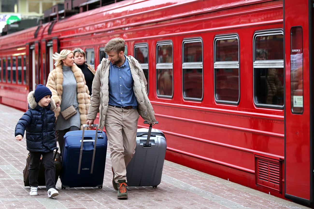 Семејство се качува во возот Аероекспрес на станицата Павелецки. 10 декември 2015, Москва, Русија.