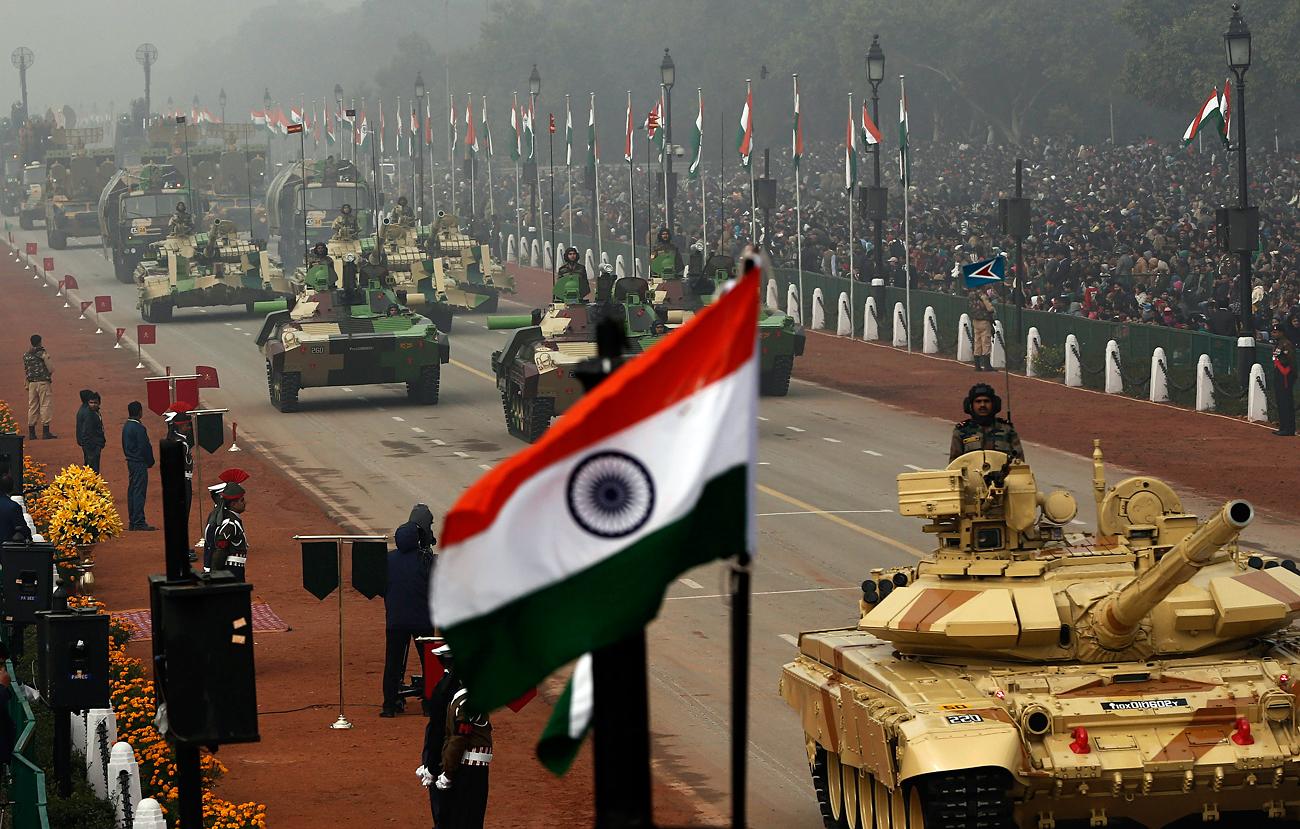 Tank-tank Arjun (tank tempur utama/MBT) MK-I Tentara India dipamerkan selama parade Hari Republik di New Delhi 26 Januari 2014.