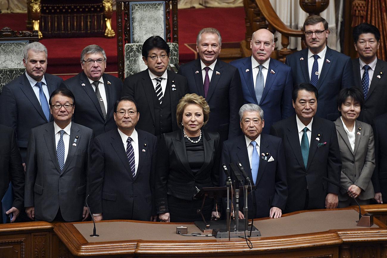 日本の参議院で、ロシア上院(連邦会議)のヴァレンチナ・マトヴィエンコ議長(前列、中央)率いる代表団が、日本の国会議員と集合写真。前列右から3番目は伊達忠一参議院議長。=