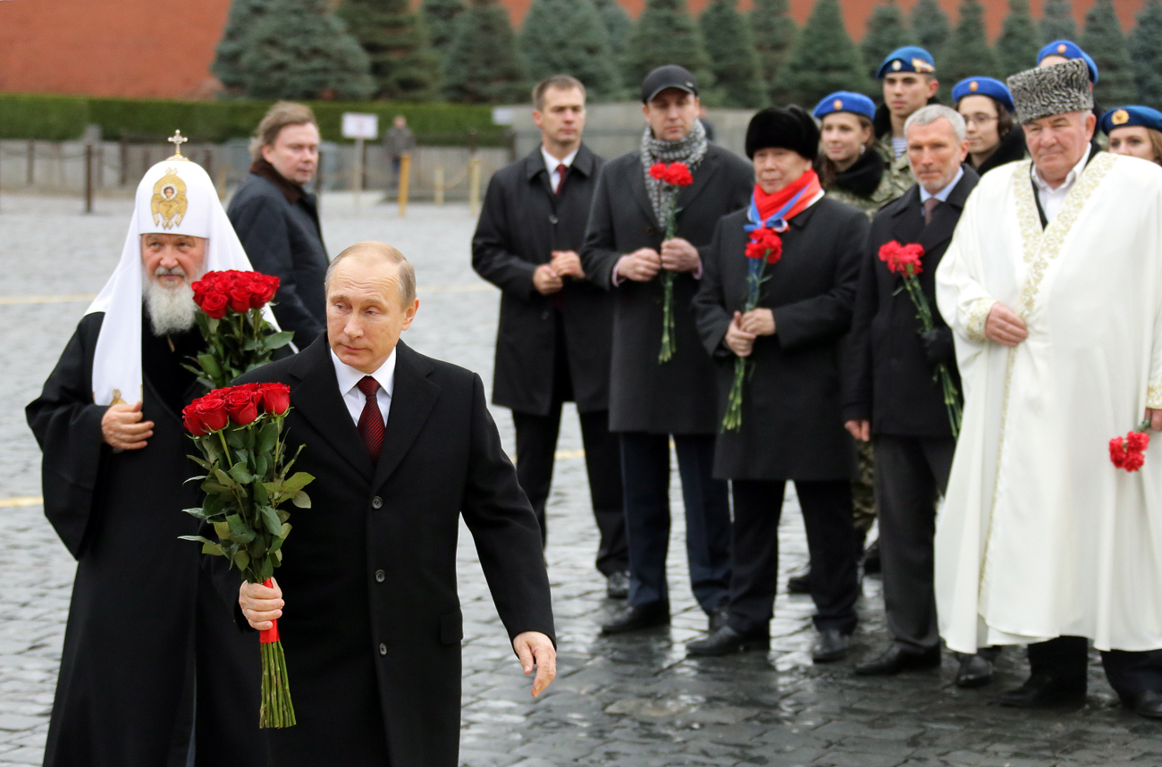 Pútin e o Patriarca Kirill levam flores a monumento no Dia da Unidade Nacional.