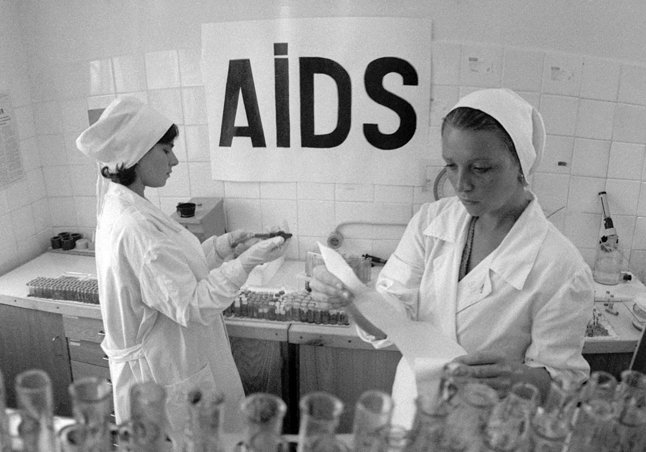 Enfermeiras em centro soviético de testagem para HIV e Aids, em 1987