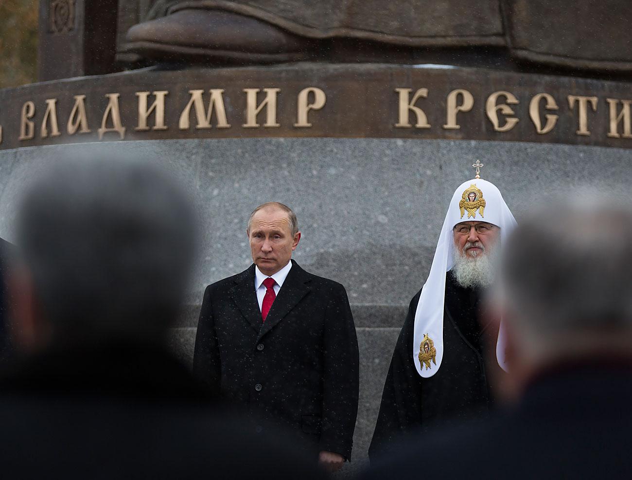 Претседателот на РФ Владимир Путин и патријархот Московски и на цела Русија на откривањето на споменикот на Владимир Велики на Денот на националното единство, 4 ноември 2016, Москва, Русија.