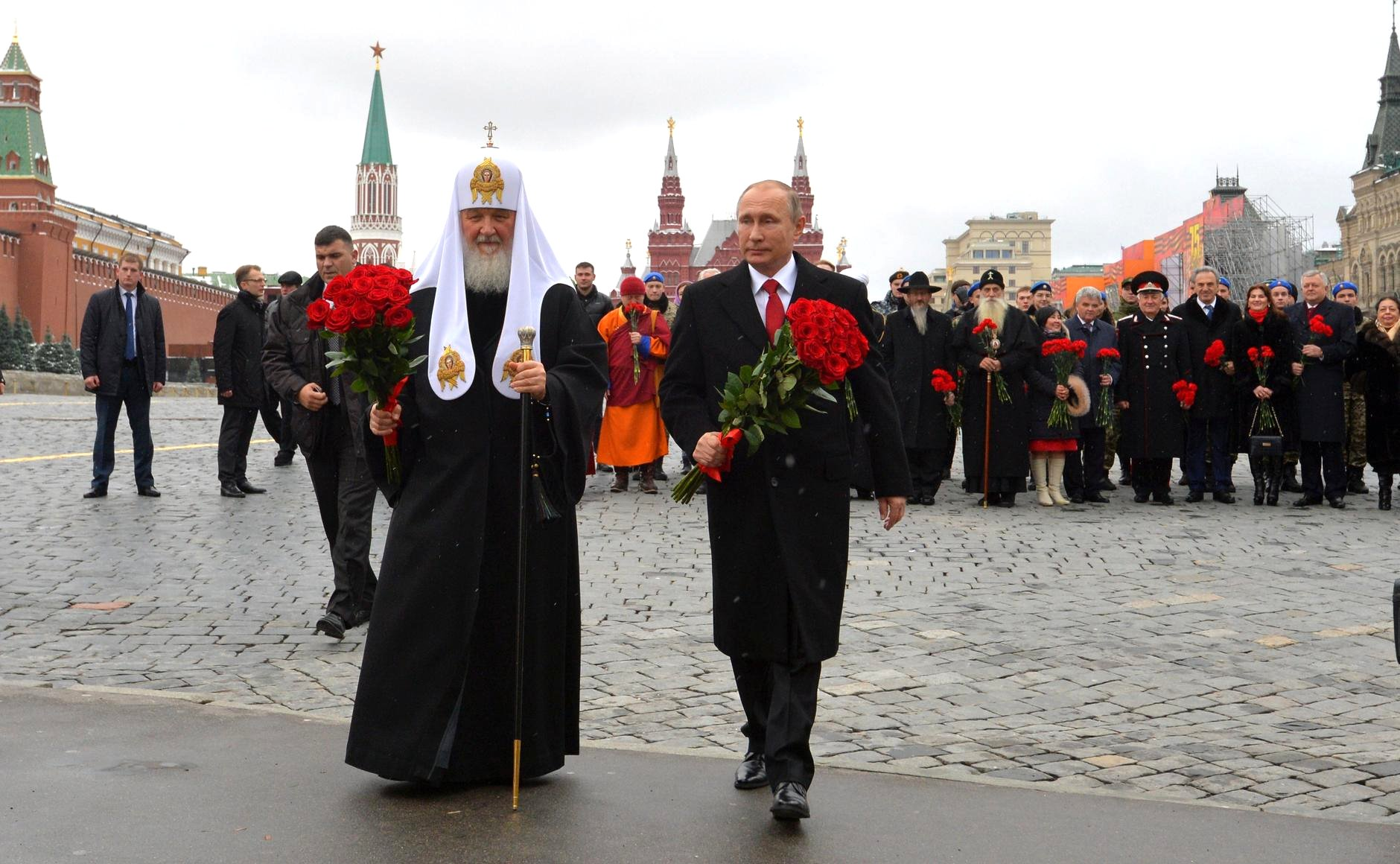 Vladimir Putin laid flowers at the monument to Minin and Pozharsky on Red Square. With Patriarch Kirill of Moscow and All Russia.