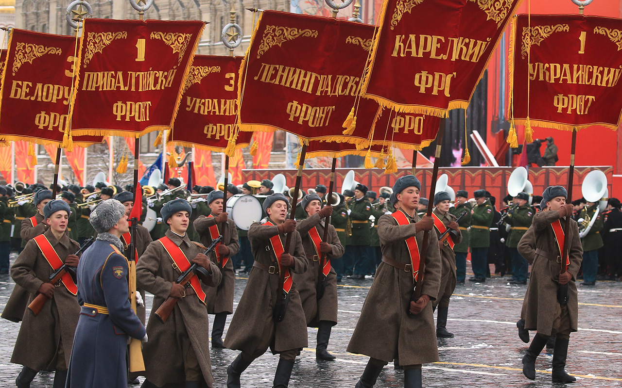 Anniversary of the 1941 military parade on Red Square in Moscow was opened by soldiers who marched with the flags of regiments that defended the Russian capital 75 years ago.