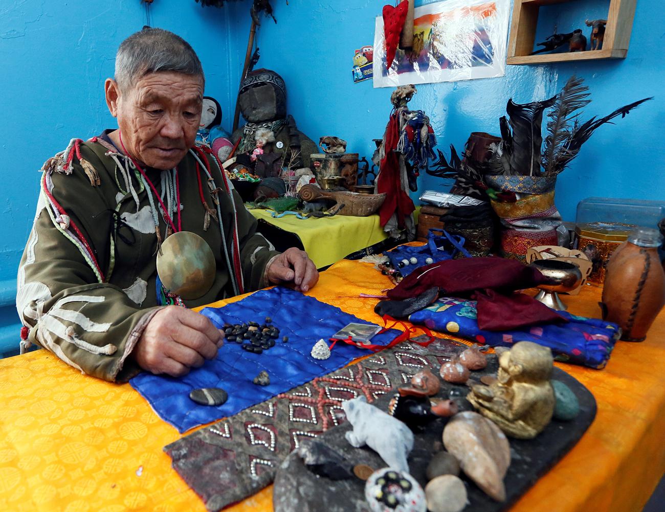 Vasili Tyukyush, chamán representando el espíritu del oso, espera la llegada de visitantes en Kizil, pueblo de la república de Tuvá.