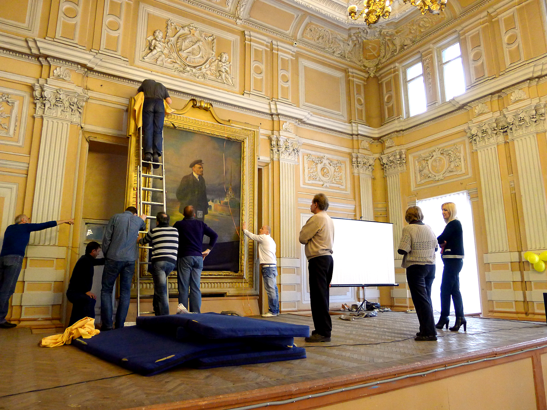 Bei der Restaurierung entdecken Experten ein Bild von Zar Nikolaus II.