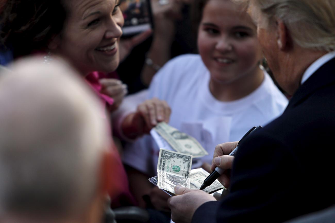 Le président élu américain signe des autographes.