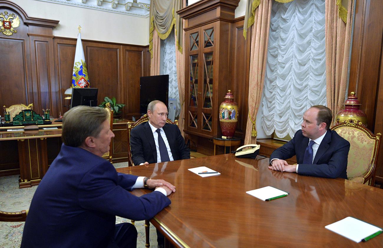ウラジーミル・プーチン大統領(中央)、セルゲイ・イワノフ大統領特別代表(左側)、アントン・ワイノ大統領府長官=