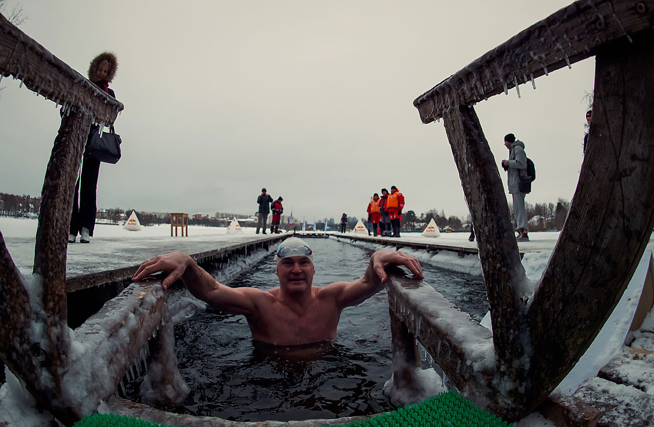 Participants in the Ledostav (Freezing Over) winter swimming festival on the shore of the Shuvalovskoye Lake in St. Petersburg.