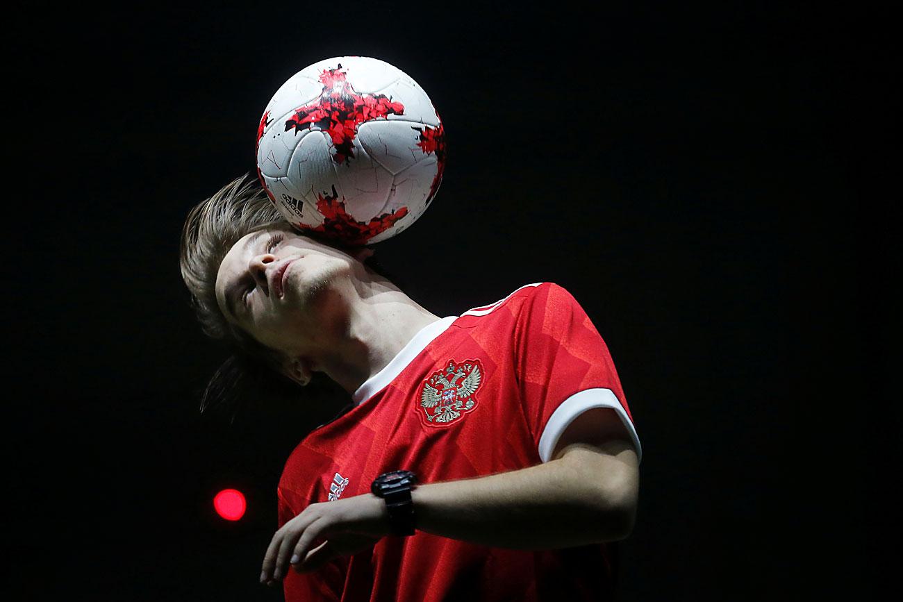 """Фри-стајл фудбалер игра со официјалната топка за време на отворање во Москва на  ФИФА Купот на Конфедерации2017 во Русија. Топката е производ на германската спортска компанија """"Адидас""""."""