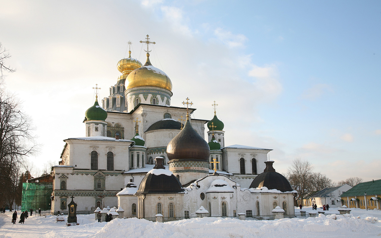 Located in the town of Istra about 25 miles from Moscow, the New Jerusalem Monastery was founded in 1656 by Russian Orthodox Patriarch Nikon. The patriarch chose the site as he felt it resembled the Holy Land. The Istra River and the buildings are supposed to symbolically represent the Jordan River and Jerusalem, respectively.