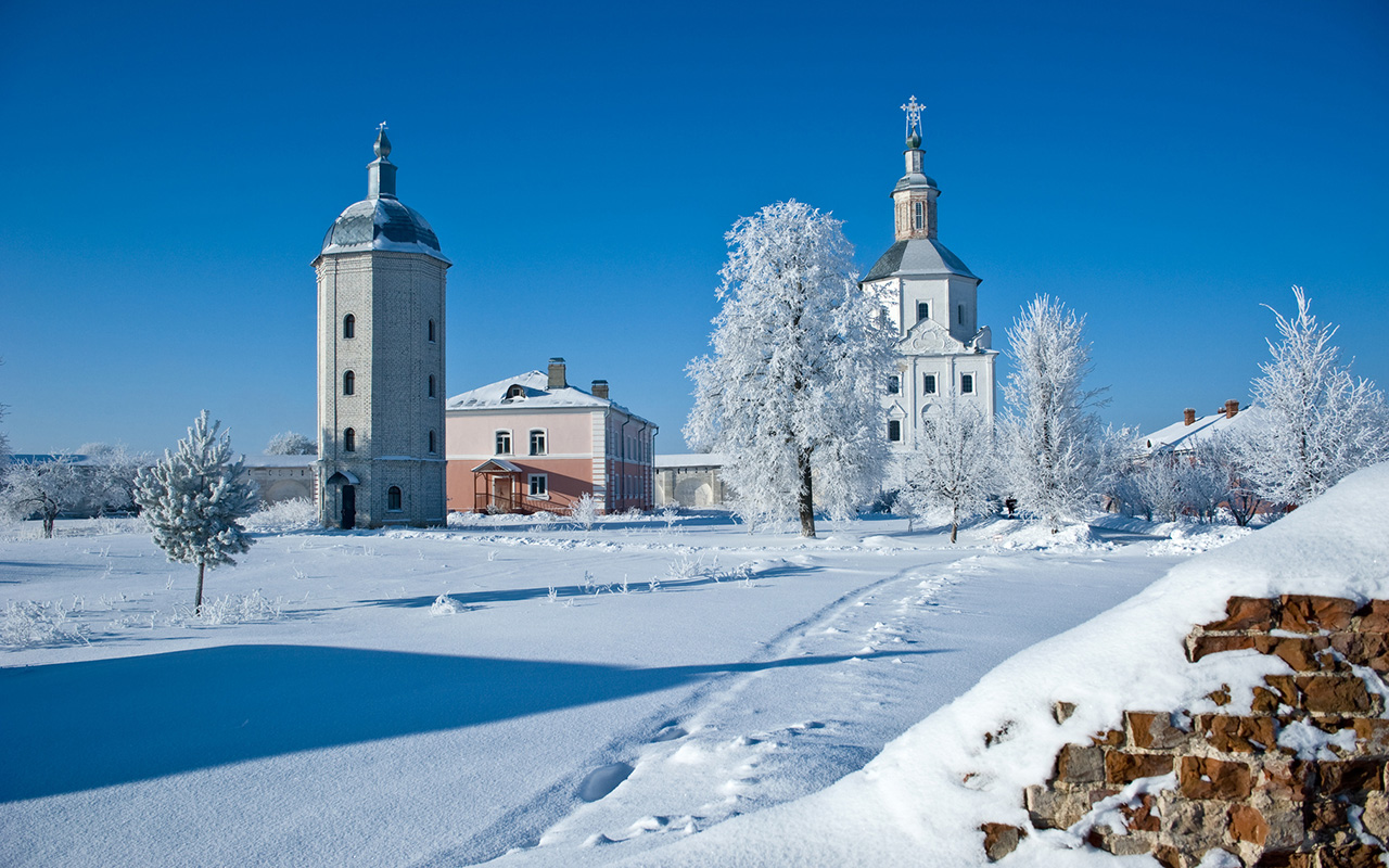 Svensky Monastery, located at the confluence of the Desna and Sven Rivers, is three miles from the city of Bryansk. According to legend, it was founded by Count Roman Mikhailovich in 1288.