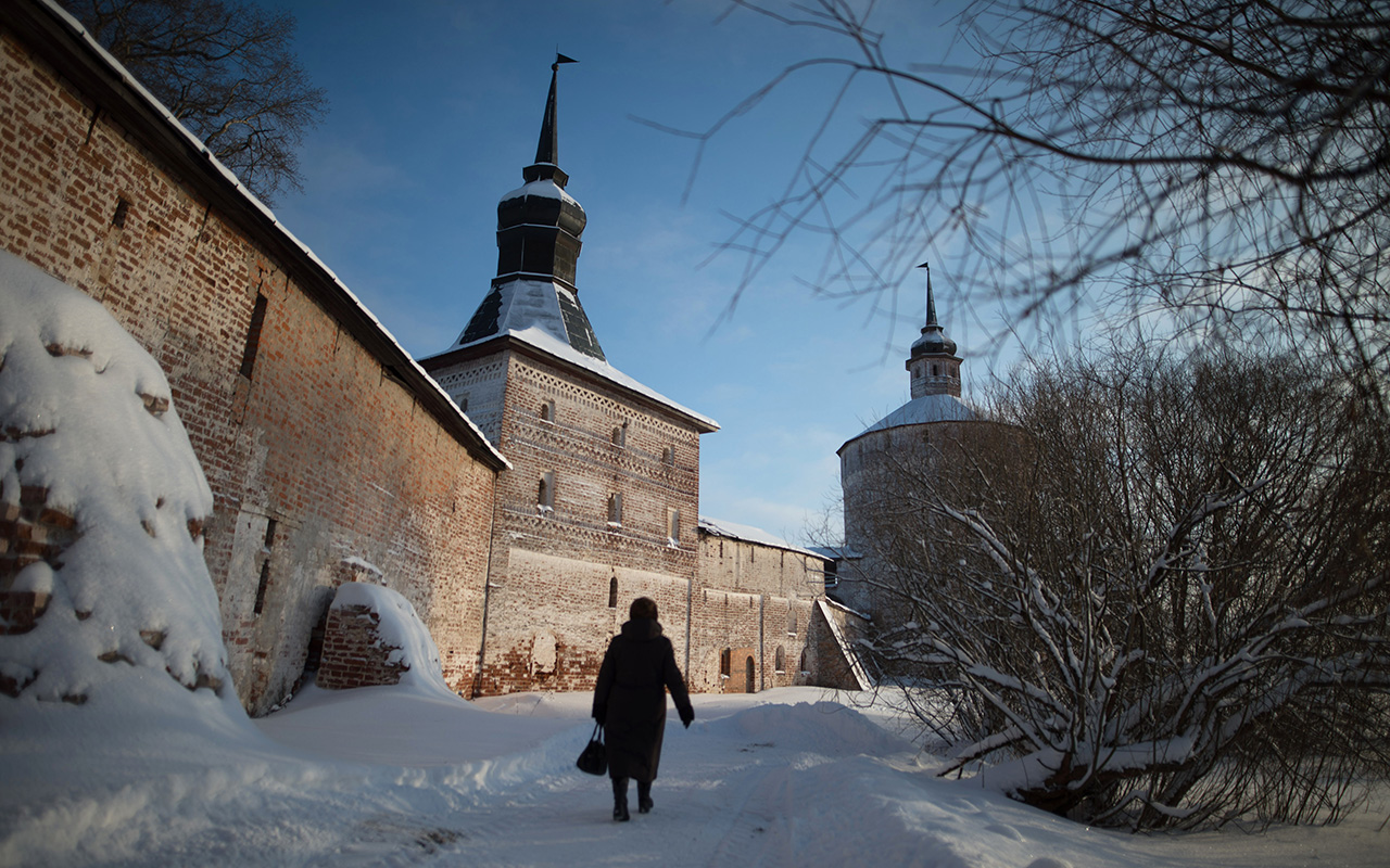 Kirillo-Belozersky Monastery, which is located in Kirillov on the shore of Lake Siverskoye, was founded at the end of the 14th century. Its founder Saint Cyril was a descendant of the noble Muscovite Velyaminov family. He rose up through the ranks from monk to archimandrite at Moscow's Simonov Monastery, but declined the top position and at the age of 60 moved to the White Lake region, where he founded a monastery.