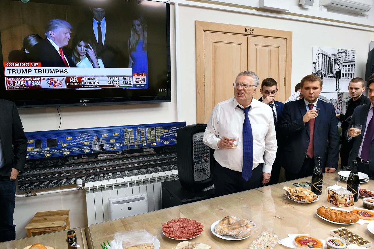 El líder del ultranacionalista Partido Liberal Democrático de Rusia (LDPR), Vladímir Zhirinovski celebra la victoria de Donald Trump.