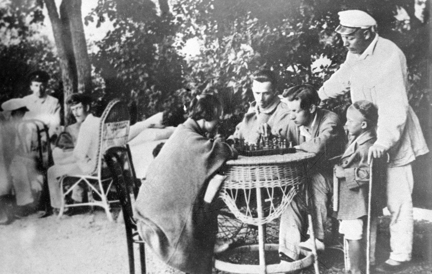 1927: Eine Freiluft-Schachecke in einem Kurhaus in Jewpatorija auf der Krim.