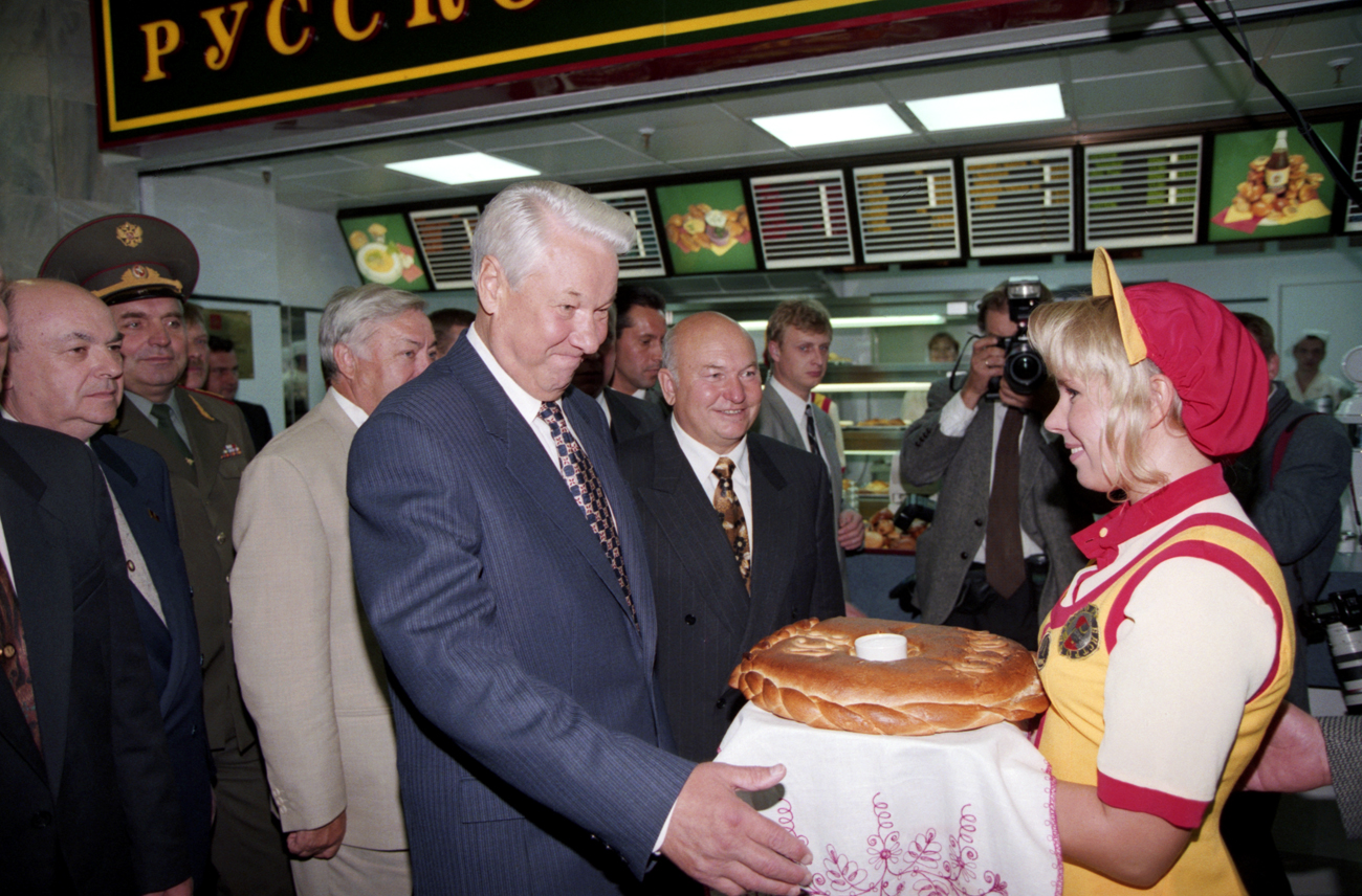 Претседателот на Русија Борис Елцин во руско бистро во подземен трговски центар. 6 септември 1997, Русија. Извор: Александар Чумичев / ТАСС