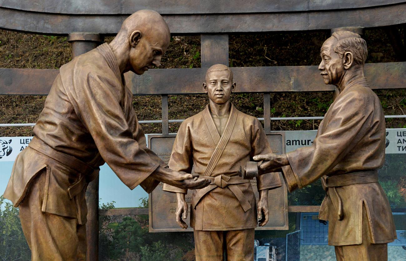 「ロシア柔道の祖」であるワシリー・オシチェプコフとその日本人指導者の銅像、ウラジオストク=ヴィターリイ・アンコフ/ロシア通信