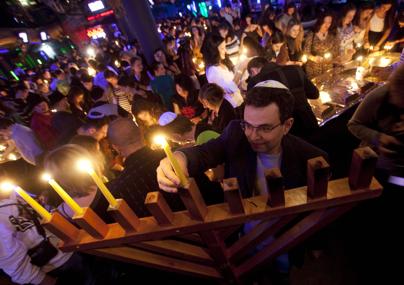 The simultaneous lighting of 1,400 candles at a Hanukkah party put Zona clubbers in the Guinness Book of Records.