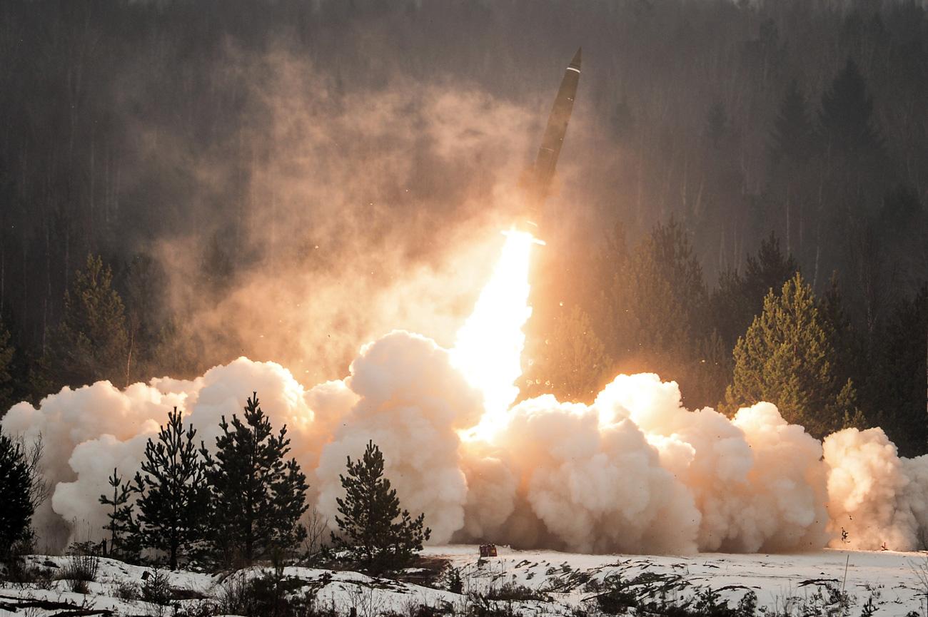 Peluncuran misil dari kompleks Tochka-U di lapangan latihan Luga, Wilayah Leningrad, pada Hari Pasukan Misil dan Artileri.