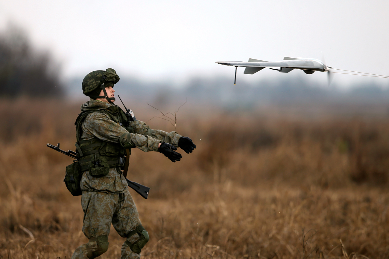 The Swarm System is the latest development from the American defense industry. The concept is plain: to confuse the enemy's air defense systems by creating interference. Photo: A Russian soldier launches a drone.
