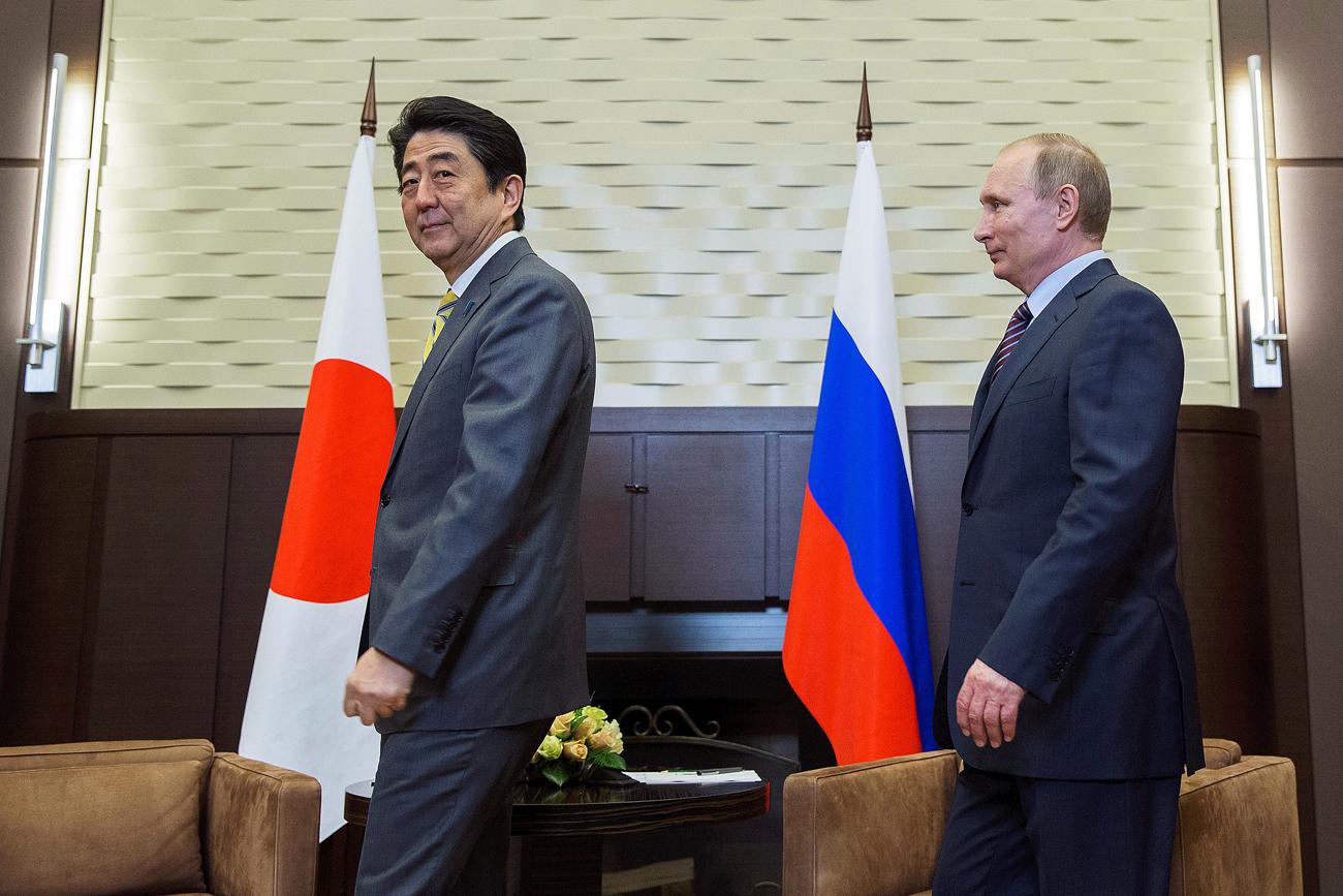 Ruski predsjednik Vladimir Putin i japanski premijer Shinzo Abe, tokom sastanka u Sočiju.