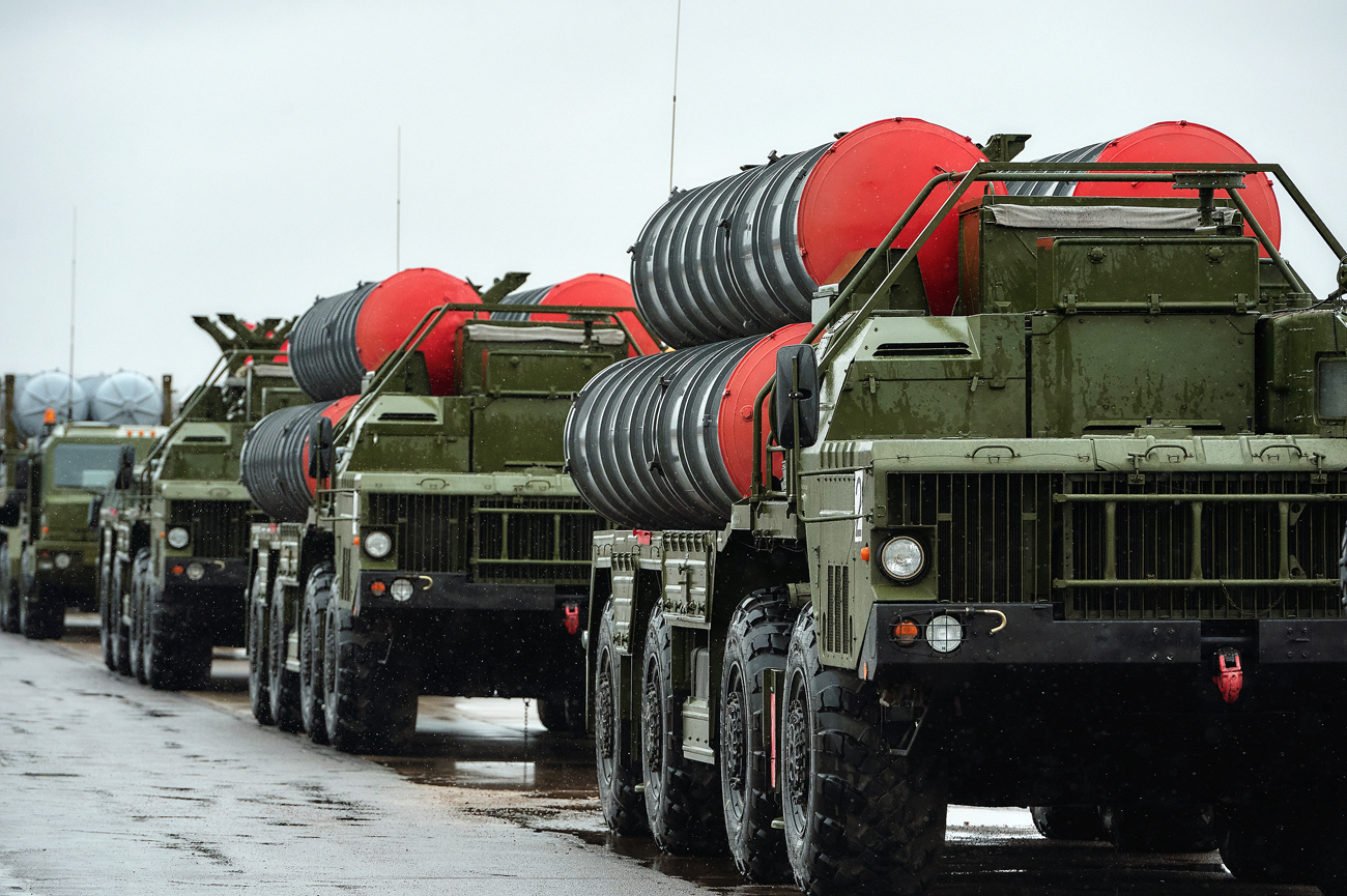 Triumf S-400 anti air missile systems of the motorized column of the Western Military District.