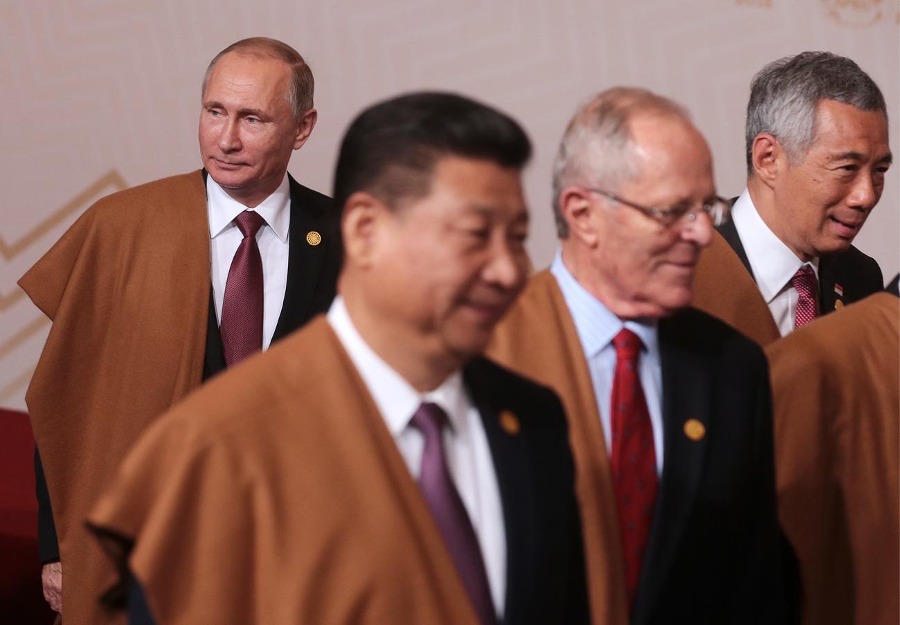 Ruski predsednik Vladimir Putin, kitajski predsednik Ši Džinping, predsednik Peruja Pedro Pablo Kuczynski in singapurski premier Lee Hsien Loong ( L-D) na skupinskem slikanju zasedanja APEC. Mihail Mecel/TASS
