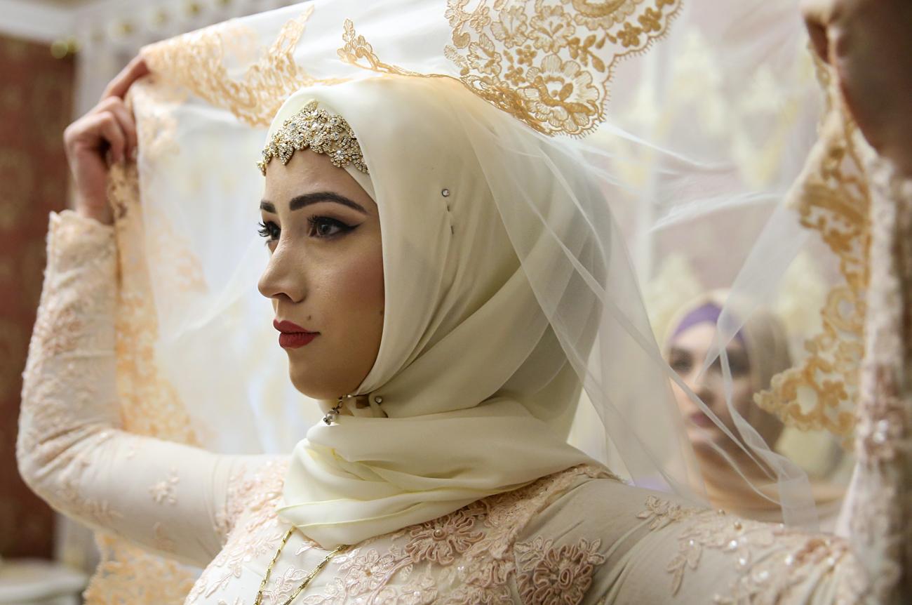 chechen wedding. Россия. Грозный. 24 ноября 2016. Подготовка невесты в ее комнате во время празднования чеченской свадьбы.