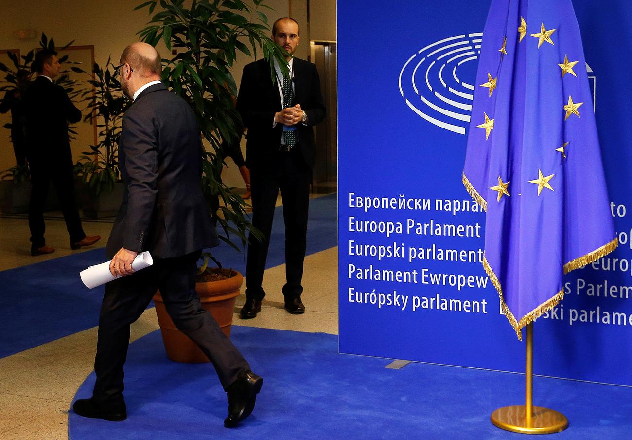 Predsjednik Europskog parlamenta Martin Schulz odlazi s konferencije za novinare u Europskom parlamentu u Bruxellesu.